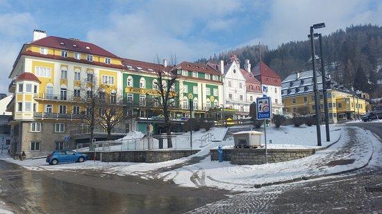 Mariazell, Österreich: Náměstí u baziliky plné restaurací, krásných obchůdků. V létě nejlevnější stánky v zimě zavřené.