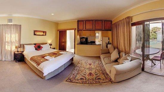 Cape Town Palms: Executive Business Suite: Full en suite. Leads to lapa/pool/braai area. Plus private Kitchenette