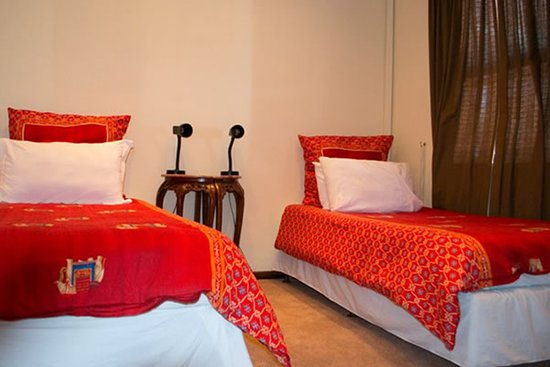 Milnerton, Sydafrika: Twin ROOM: Opt King size/2 single beds. Private full bathroom. Connected to Family ROOM by a doo