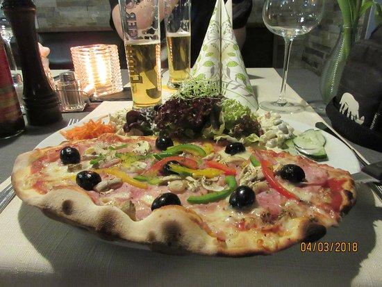 St. Niklaus, Switzerland: Minipizza nach Wahl mit frischem Salat der Saison