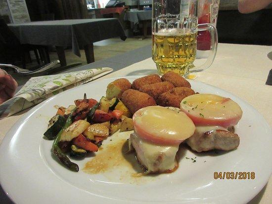 St. Niklaus, Switzerland: Schweinerückensteaks mit Käse überbacken, Kroketten und Gemüse