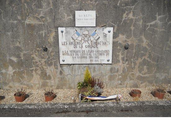 """Cadillac, Frankreich: La plaque consacrée """"à nos camadares mutilés du cerveau """" par les Anciens Combattnts de la Giron"""