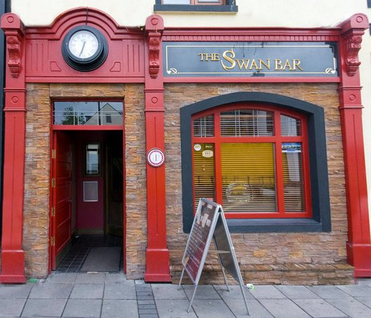 Carrick-on-Shannon, Ιρλανδία: Exterior photo of the Swan from the main street