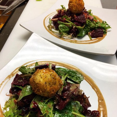 Murphys, CA: Beet Salad with Breaded Goat Cheese Topper