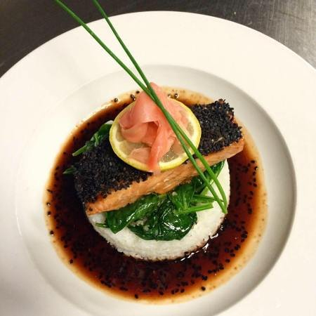 Murphys, Калифорния: Sesame Seed Salmon with Pickled Ginger, Sticky Rice, and Soy Sauce