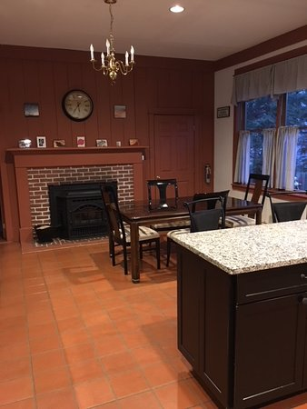 Elizabeth Rose House: Casual dining in kitchen
