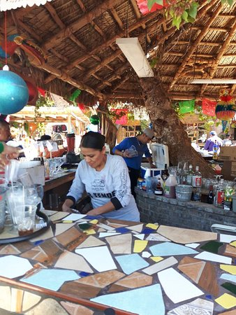 Los Algodones, Mexico: El Paraiso restaurant's very busy bar!