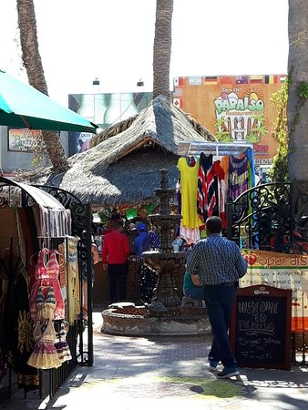 Los Algodones/Vicente Guerrero, México: Entrance to restaurant, vendors everywhere.