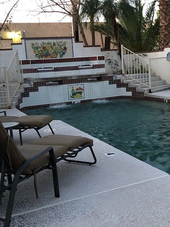 Maricopa Manor Bed and Breakfast Inn: Outdoor pool with fountain