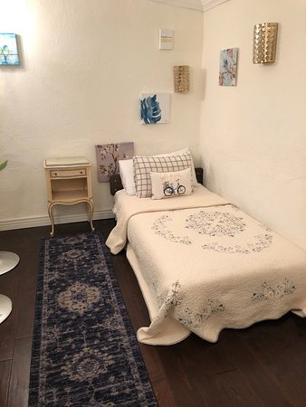 Maricopa Manor Bed and Breakfast Inn: attached twin bed room