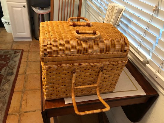 Maricopa Manor Bed and Breakfast Inn: Breakfast basket