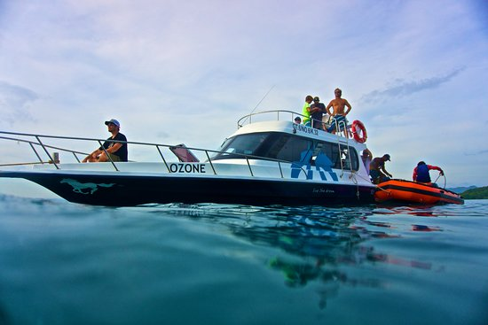 Kuta, Indonésie : the safest vessel in lombok includes a 25 people lifraft and a rubber boat!!! Enjoy the water wo