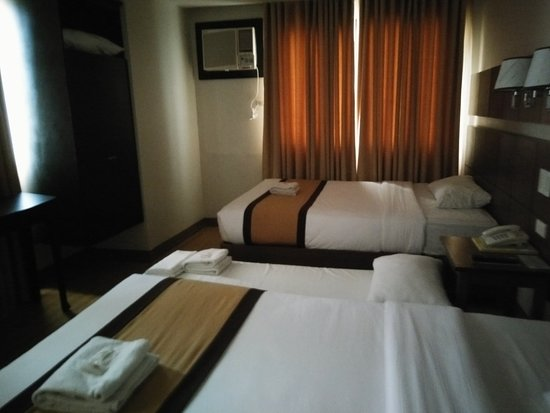 The Pinnacle Hotel and Suites: our room