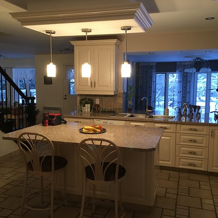 Irlande, Canada: Kitchen. Dining room is behind sink