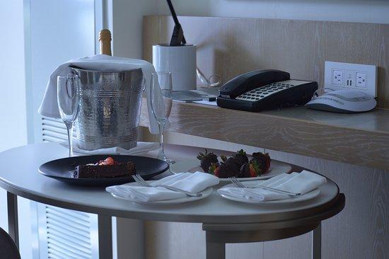 Loews Santa Monica Beach Hotel: Cold champagne, chocolate cake and chocolate covered strawberries