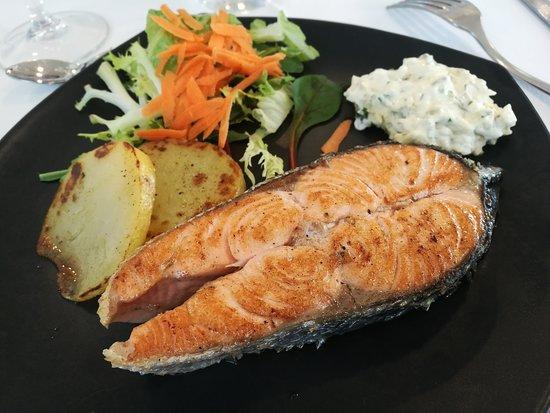 Bescano, Espanha: Salmón plancha - Restaurant LA BARCA (Bescanó-Girona)