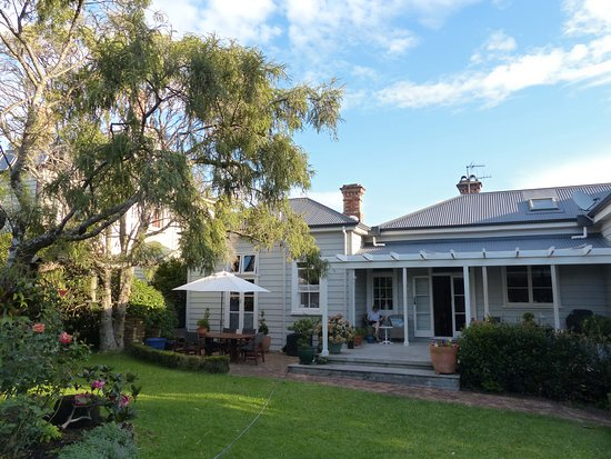 Eden Villa Bed & Breakfast: The rear garden