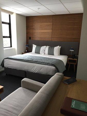 Park Hotel Lambton Quay: Compact but comfy room.