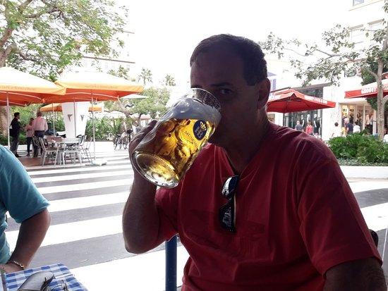 Hofbrau Beerhall: caneca de 1 litro no calçadão