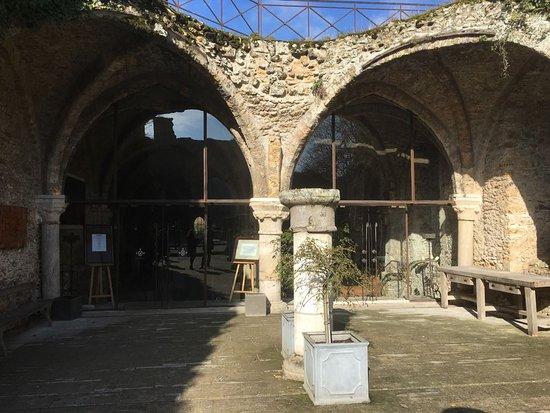 Cernay-la-Ville, France: Devanture de la salle des moines où le brunch est servi