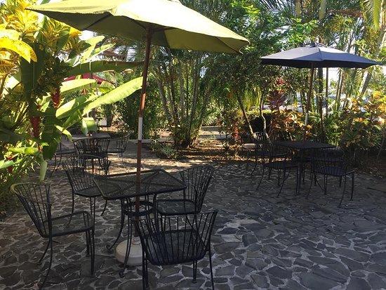 لاس بريساس ريزورت آند فيلاز: Zona de mesitas cerca de la piscina