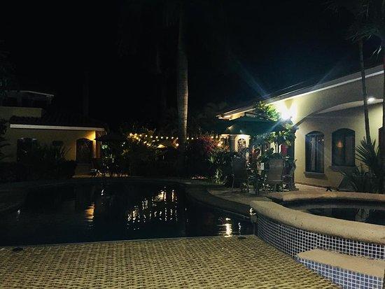 لاس بريساس ريزورت آند فيلاز: La Piscina de noche