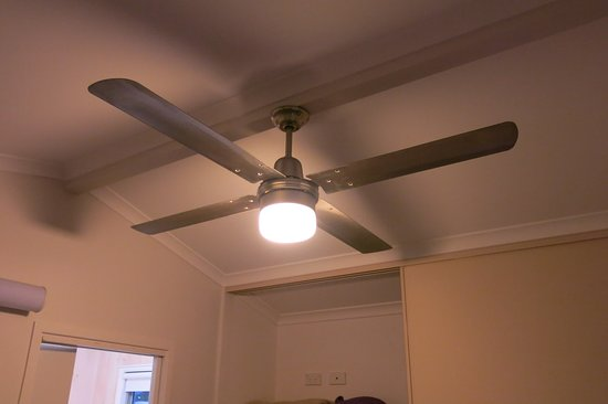Corrimal, Australia: Ceiling fan small lodge bedroom