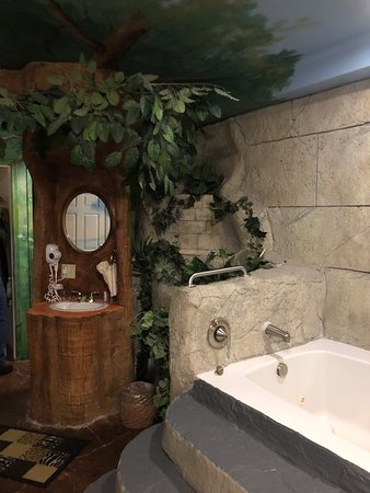 Anniversary Inn: Safari Room Bathroom - Sink in the tree