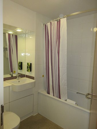 Premier Inn Birmingham City Centre (Waterloo Street) Hotel: Shower And Bath