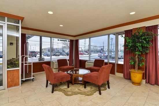 Brook Park, OH: Lobby Sitting Area