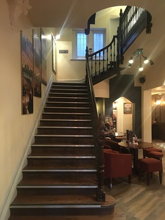 Highfield Hotel: Staircase to Hotel