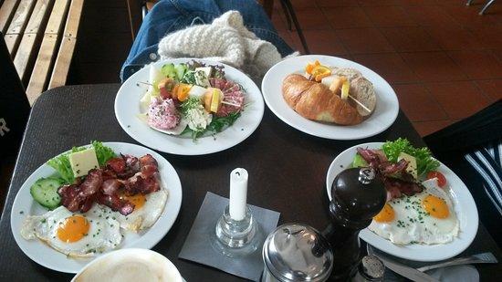 Cafe Viktor: Zwei Mal Spiegeleier mit Speck, Kleines Frühstück und Großes Frühstück