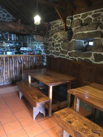Casa do Pedro: Sala da entrada, simples, a brilhar, antecede a sala fechada, mais aconchegada em dias de frio