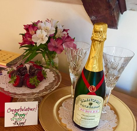 Millbrook, NY: Clinton Vineyards Local Bubbly, Chocolate strawberries, Cheers!