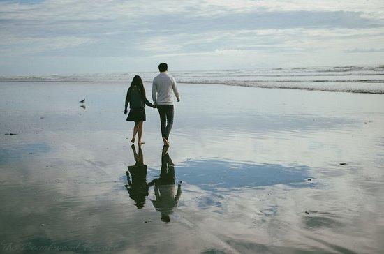 Beachwood Resort: Couple on the Beach