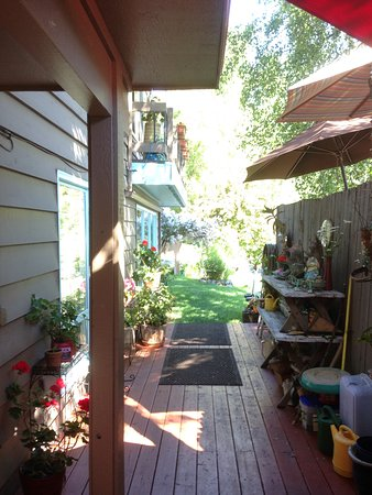 Anchorage Walkabout Town Bed and Breakfast: garden access