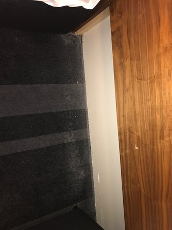 Apex Waterloo Place Hotel: Dirty carpets between twin beds