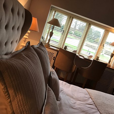Wiveton, UK: Luxury Rooms, 2AA Rosette, tranquil gardens, log fires, excellent service, one mile from Blakene