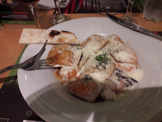 It Italian Trattoria & cafe: ravioles de salmón con salsa de hongos