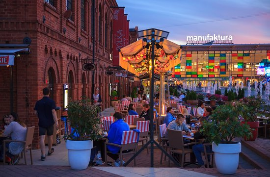 aafa6b4df7 Manufaktura wieczorem. Widok na restauracje. - Picture of ...