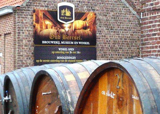 Beersel, Belgien: Wine barrels arrivng at Oud Beeersel for installation.