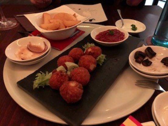 Trossingen, Almanya: Kartoffel-Käse Bällchen mit Salsa