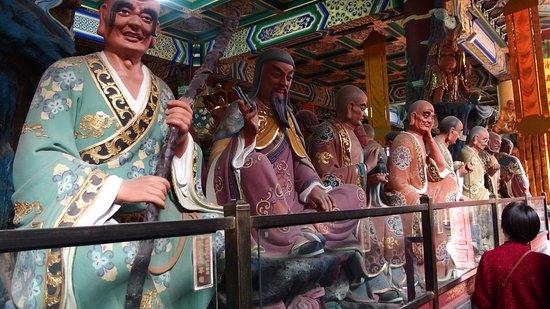 Chongqing Luohan Temple: 奥にある僧の像