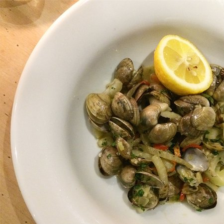 Shirley, UK: Fresh Palourde clams steamed with fennel, garlic and chilli butter.