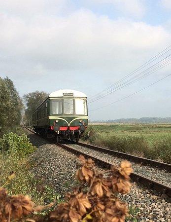 Newenden, UK: Diesel locomotive coming up the KESR