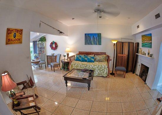 Suite Dreams Inn: Living Room and adjacent sitting room