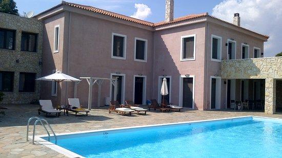 Hotel Perivoli: Hotel exterior and pool courtyard