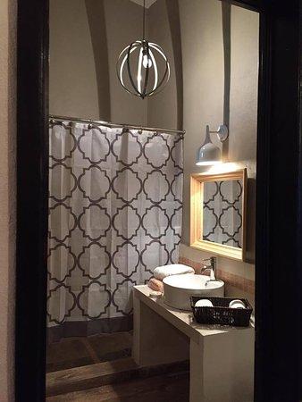 La iluminación sutil de cuarto de baño de habitación Canela ...