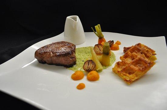 Vaulruz, Ελβετία: Filet de boeuf de la Gruyère, sauce au foin, gaufres de pomme de terre