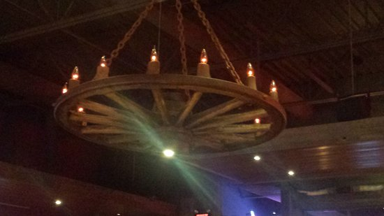 Lone Star Texas Grill: Love the chandeliers